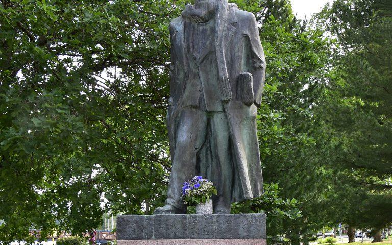 Joel Lehtosen patsaan kukitus Joelin päivänä