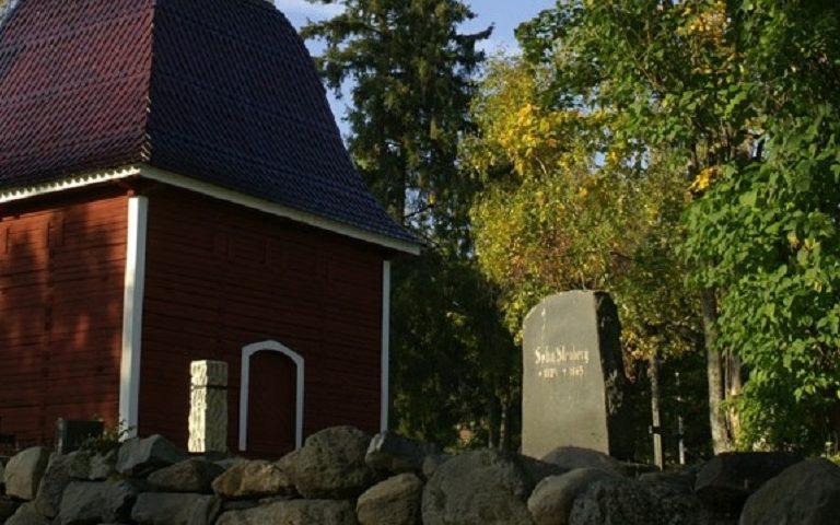 Glockenturm und Friedhof in Kirkkoniemi